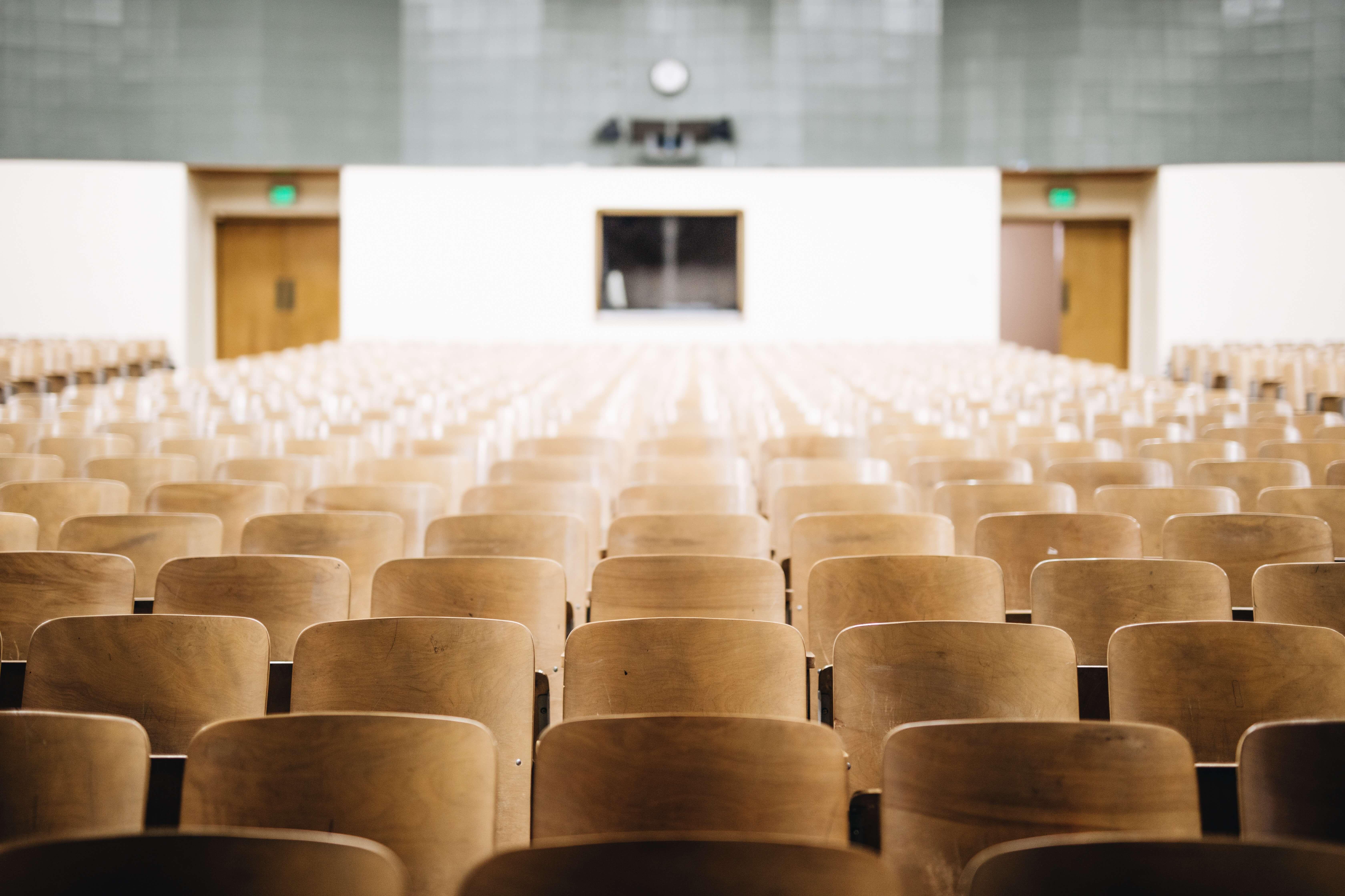 大学の椅子